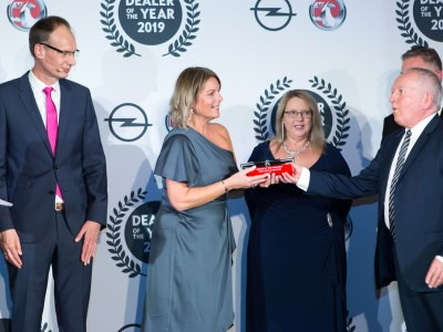 Drive Bury-St-Edmunds receives Vauxhall Retailer of the Year 2019 award in glittering ceremony
