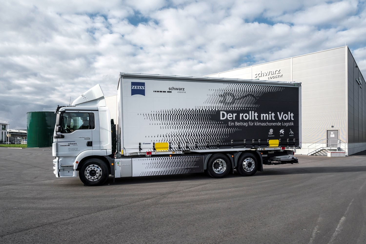 The new electric truck of Schwarz Logistik GmbH will be used to supply ZEISS in Oberkochen
